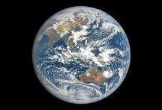 Bumi dipotret oleh satelit geostasioner DSCOVR. Kredit: NASA/NOAA/DSCOVR   SpaceNesia - Setiap tahun, tanggal 22 April diperingati sebag...