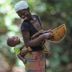 """""""O amor de mãe por seu filho é diferente de qualquer outra coisa no mundo.   Ele não obedece lei ou piedade, ele ousa todas as coisas e extermina sem remorso tudo o que ficar em seu caminho.""""_________  Agatha Christie  Foto"""