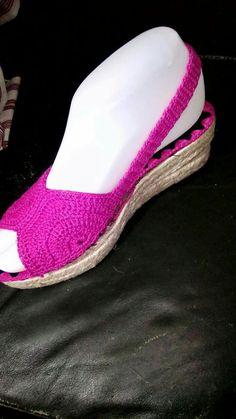 Crochet Sandals, Crochet Slippers, Knit Crochet, Flip Flop Sandals, Shoes Sandals, Dress Shoes, Crochet Designs, Crochet Patterns, Make Your Own Shoes