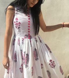 beautiful cotton handprinted mughal print dress kurti indian ethnic outfit casual outfit white dress with pink buttons Cotton Dress Indian, Cotton Long Dress, Long Gown Dress, Frock Dress, Dress Indian Style, Cotton Dresses, Kurta Designs Women, Kurti Neck Designs, Kurti Designs Party Wear