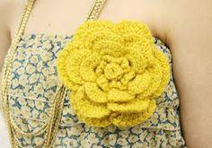 Pregadeira c/ flor em crochet- gosto muito desta pelas pétalas redondas- do blogue GloriArts & Bijoux