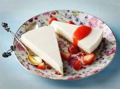 Raikas limekakku sopii erityisen hyvin keväisten ja kesäisten juhlien tarjottavaksi. Tarjoa kakun kanssa tuoreista mansikoista valmistettua kastiketta.