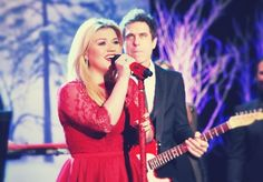 Kelly Clarkson - The Ellen Show - December 6, 2013 that guys face in the background hahahah