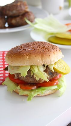 Cheese Stuffed Cheeseburger Cheeseburgers with the cheese on the inside! Bite into the cheeseburger to release gooey, melted cheese! Best Hamburger Recipes, Beef Recipes, Healthy Recipes, Asian Recipes, Hamburger Toppings, Hamburger Buns, Cheese Burger, Cheeseburger Recipe, How To Cook Burgers