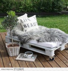 Old Pallets Ideas White Pallet Outdoor Lounge- 13 DIY Outdoor Pallet Furniture For Spring Diy Furniture Making, Pallet Furniture, Furniture Ideas, Backyard Furniture, Outdoor Furniture, Furniture Design, Unique Furniture, Furniture Inspiration, Baby Furniture