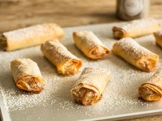Mini-Apfelstrudel mit Filoteig This apple strudel in mini format is made from thin filo pastry and makes a wonderful snack on the coffee table. Best Apple Recipes, Donut Recipes, Sweet Recipes, Favorite Recipes, Apple Fritter Bread, Apple Strudel, Apple Desserts, Mini Desserts, Strudel Recipes
