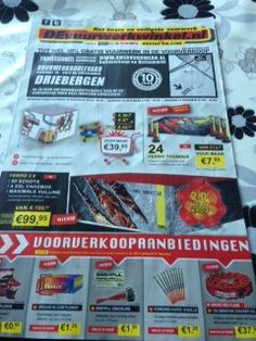 Reclameblad van devuurwerkwinkel.nl, met locatie en aanbiedingen. Drukke presentatie maar wel veel aanbiedingen