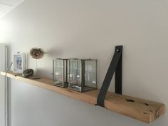 Wandplank van eiken wagonplank met leren riem. TE KOOP via MELKA INTERIEURBOUW Scandinavian Living, Scandinavian Interior, New Living Room, Home And Living, Chill Room, Teenage Room, Home Board, Creative Home, Interior Inspiration