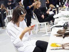 En backstage beauté du défilé Christian Dior