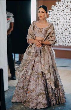 Glamorous Bridesmaid Outfit Idea For 2020 :- Wanderlust Fashion . Kareena Kapoor Photos, Kareena Kapoor Khan, Kareena Kapoor Lehenga, Sonakshi Sinha, Bollywood Saree, Bollywood Fashion, Bollywood Celebrities, Bollywood Actress, Indian Wedding Outfits