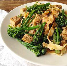 kikhernetagliatelle, broccoliini, tofu ja maapähkinäkastike