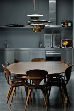 Fantastic mud century modern dining table and chairs. Maurizio Pecoraro's Elegant Home in Milan. Dining Area, Kitchen Dining, Kitchen Decor, Dining Chairs, Kitchen Vent, Dining Room, Stainless Kitchen, Kitchen Lamps, Dining Table