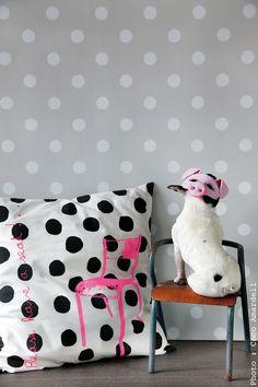 Coussin pois chaise rose fluo/ cushion dots neon pink chair - dog - © la cerise sur le gâteau - Anne Hubert - photo: Coco Amardeil