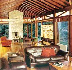 Persianas de madeira permitem o controle da luminosidade que atravessa os grandes caixilhos de vidro
