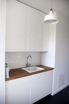Kuchnia utrzymana jest w jasnej kolorystyce; proj. FU Architekci - zdjęcie