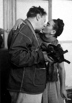 Dos grandes de la pintura: Diego Rivera y Frida Kahlo besándose el día de su boda.