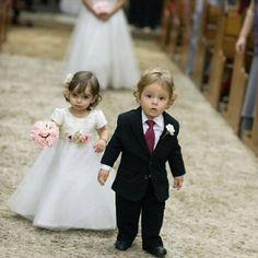 Ai jesus que Fofura!!! Não sei o que fazia se estivesse aí.. Acho que dava um monte de apertão... Rsrsrs amo crianças nos casamentos. #momentocute #fofura #pagem #capimsantoaldeia #sonhodecasar #casamentonocampo #inspiration