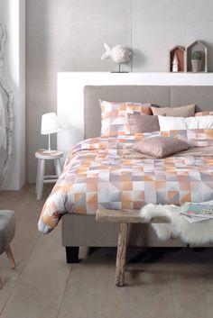 Fan van geometrische prints? Dan is een Scandinavisch design van je slaapkamer of bed deze herfst/winter echt iets voor jou. Hoewel deze woontrend zich meestal kenmerkt door vergrijsde pastelkleuren, is het perfect mogelijk om kleur in je klassieke/moderne slaapkamer interieur te brengen. Breek het ijs  met geeltinten. #Dekbedovertrek: Oregon Gold. #trends #slaapkamer #bedroom #scandinavian #design