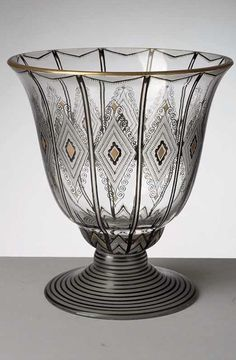 Váza,Kamenický Šenov . sklo čiré, zvonovitý tvar na odsazené patce, abstraktní geometrická malba švarclotem a zlatem ,  kolem 1915