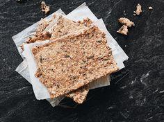 Hacer crackers de espelta en casa es mucho más fácil de lo que se puede pensar. Sólo necesitas disponer de harina, las semillas que más te gusten, agua, aceite y un horno.