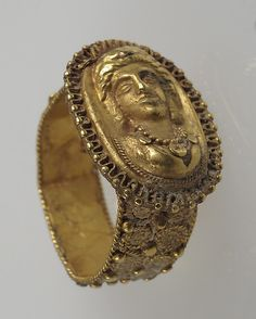Gold finger ring, 6th–7th century. Made in Gaul during the Late Roman period.