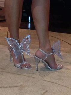 Sandália prata com borboleta.