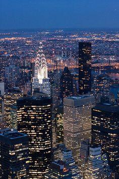 Las luces de Nueva York. es la ciudad más poblada del estado homónimo, en los Estados Unidos de América, y la segunda aglomeración urbana del continente y de Norteamérica después del Distrito Federal de México. Es el centro del área metropolitana de Nueva York, la cual está entre las cinco aglomeraciones urbanas más grandes del mundo.