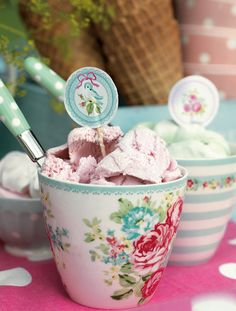 Jahodová zmrzlina v latte cupu od Green Gate Bad Set, Latte Cups, Tea Cups, Gelato, Mint Candy, Strawberry Ice Cream, Pip Studio, Cute Mugs, Pretty Mugs