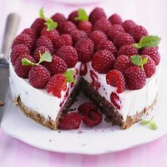 Dark Chocolate Raspberry Cheesecake recipe - Creamy, dark chocolate crust cheesecake topped with raspberry sauce, fresh raspberries and chocolate shavings. Raspberry Yoghurt Cake, Chocolate Raspberry Cheesecake, Raspberry Torte, Raspberry Sauce, Cheesecake Recipes, Dessert Recipes, Cheesecake Cake, Baking Recipes, Law Carb