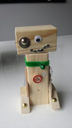 Timmeren met kinderen: Robot van hout Diy Crafts For Kids, Arts And Crafts, Summer Camp Art, Time Kids, Woodworking For Kids, Pallet Crafts, Camping Crafts, School Gifts, Preschool Art