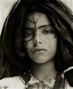 Maroccan amazing woman with traditional tattos.  Wer hat zu dem Stammestattoo mehr Informationen? Idt es ein marokkanisches oder allgerisches Mädchen?
