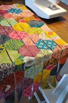 This photograph (half hexagons quilt patterns patchwork and hexagon quilting Half Hexagon Quilt Tutorial) earlier mentioned w Quilting Tutorials, Quilting Projects, Quilting Designs, Quilting Ideas, Sewing Projects, Diy Quilt, Scrappy Quilts, Amish Quilts, Patchwork Quilting