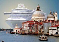 Пожалуй, одна из самых впечатляющих фотографий: круизный лайнер заходит в порт Венеции.