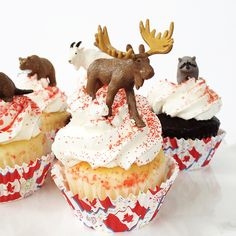 Canada Day Party: Canadian Animal Cupcakes - A Pretty Life In The Suburbs 5 Minute Desserts, Easy Desserts, Cupcake Recipes, Dessert Recipes, Cupcake Ideas, Dessert Ideas, Maple Leaf Cookies, Poke Cake Jello, Canada Day Party