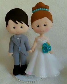 Casal em feltro medindo 20cm, valor promocional para esse modelo, com buquê azul