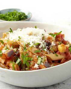 Penne all'arrabiata is één van de klassieke Italiaanse pasta's, met een pittige tomatensaus. Wij zijn echt fan van deze saus, maar soms mogen er al eens wat meer groenten bij. We geven de klassieker een upgrade met courgette en aubergine, 2 Zuiderse groenten die het prima doen in een tomatensaus. Proef het vooral zelf! Veggie Recipes, Pasta Recipes, Vegetarian Recipes, Cooking Recipes, Healthy Recipes, I Want Food, Feel Good Food, Penne, Vegetarian Cooking