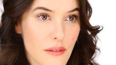 Lisa Eldrige, ännu en ikonisk makeupartist, visar hur du fixar en uppljusande bas och makeup som gör så att du ser piggare ut. Alltid välkommet-eller hur?!