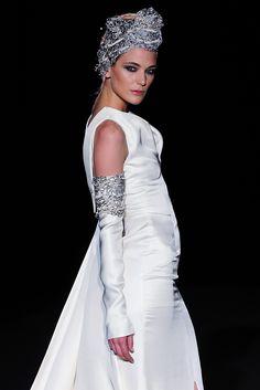 Isabel Zapardiez Vogue, Wedding Dresses, Fashion, New York Fashion, Walkway, Seasons, Boyfriends, Bride Dresses, Moda