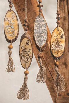 Rustic decoration of bark - Wood Decora la Maison Wood Slice Crafts, Wood Burning Crafts, Wood Burning Patterns, Wood Burning Art, Wooden Crafts, Wooden Christmas Decorations, Wood Ornaments, Christmas Wood, Crafts To Make