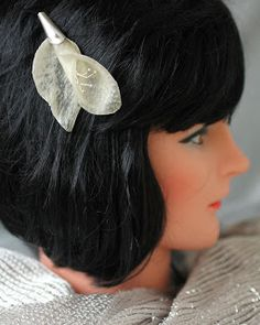 Pergamenttikukka, jota voi käyttää hiuskoruna, riipuksena tai rintaneulana. http://apankoru.blogspot.fi/2013/08/kukkaa-pukkaa.html