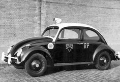 """Décadas de 60 e 70 - Antiga viatura da Polícia Militar, conhecida popularmente como """"baratinha"""" em São Paulo. E """"joaninha"""" no Rio de Janeiro (RP = Rádio Patrulha)."""