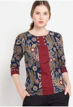 Blouse Bella from Rianty Batik in blueblus Short Kurti Designs, Kurta Designs, Saree Blouse Designs, Blouse Styles, Blouse Batik, Batik Dress, Blue Blouse, Sari Design, Umgestaltete Shirts