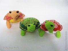 """Voici des ravissantes tortues , à la belle carapace colorée et aux yeux incrustés , avec un pas à pas en images , réalisé et partagé par """" Jeannette Jeraldine """" ( facebook ) !                                Je souhaite un agréable crochet à toutes celles..."""