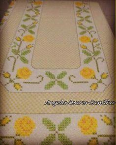 Resultado de imagem para toalha xadrez bordada Chicken Scratch, Labor, Hand Stitching, Gingham, Diy And Crafts, Embroidery, Quilts, Face Towel, Crochet Mermaid