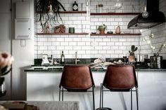 Het keukenblad van groen marmer is hét paradepaardje van dit botanische interieur