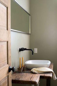 Zwarte kranen in een landelijke badkamer.