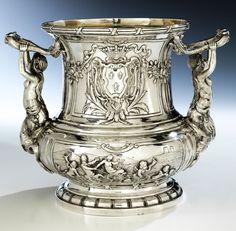 Höhe: 21,7 cm. Gewicht: 1600g. Bodenseitige Meistermarke Georg Roth & Co. (Hanau 1891 - 1919) sowie Phantasiemarken. Hanau, ca. 1906. Silber, getrieben,...