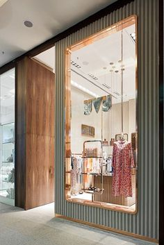 Yvy feminine store design in sao paulo inspirations - vm бутик, витрина и б Boutique Interior, Boutique Design, Retail Interior Design, Showroom Design, Interior And Exterior, Clothing Store Design, Decoration Chic, Shop House Plans, Retail Space