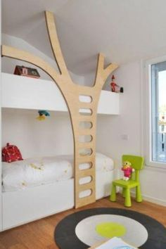 Beliche com escada de madeira imitando árvore Built-in bunk beds, children's room, wooden tree design. Unique Kids Beds, Unique Bunk Beds, Casa Kids, Built In Bunks, Built Ins, Deco Kids, Bunk Bed Designs, Bedroom Designs, Kids Bunk Beds