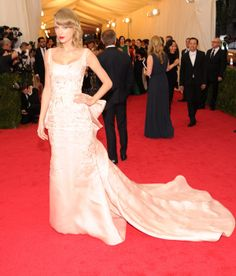 2014 #MetGala Fashion: Taylor Swift looking angelic in Oscar de la Renta <3